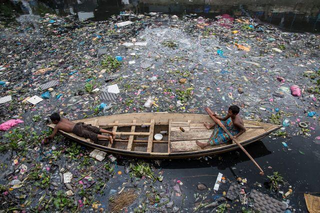 La rivière Buriganga, qui traverse la capitale du Bangladesh, est désormais si polluée qu'il n'y a plus aucun poisson.