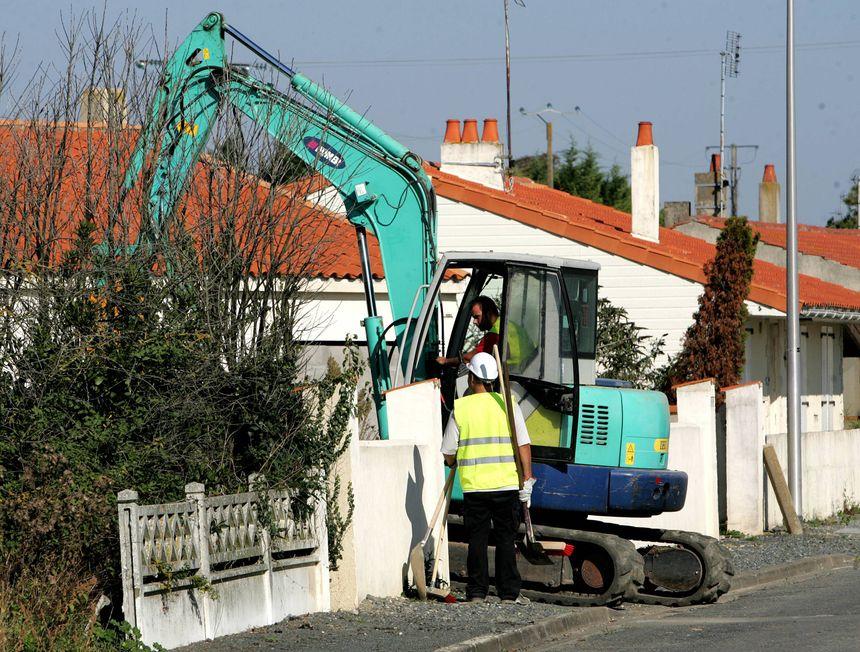 En 2012, l'Etat a ordonné la déconstruction des 40 maisons du lotissement de la Marina à Charron (photo d'époque)