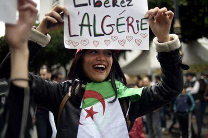 """Une jeune femme tient une banderole portant l'inscription """"Algérie libre"""" pendant une manifestation à Alger le 8 mars 2019."""