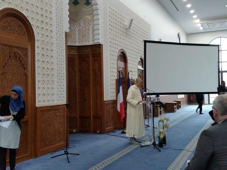 L'imam de la grande mosquée de Reims dans la salle de prière.