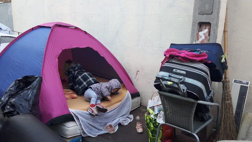une famille albanaise avec deux bébés s'installe pour passer la nuit dans une tente à Montpellier