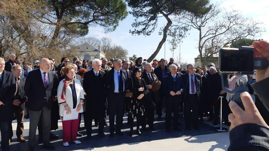 Quelques centaines de personnes se sont rassemblées sous le soleil pour un hommage à Michel Crépeau, 20 ans jour pour jour après sa disparition.