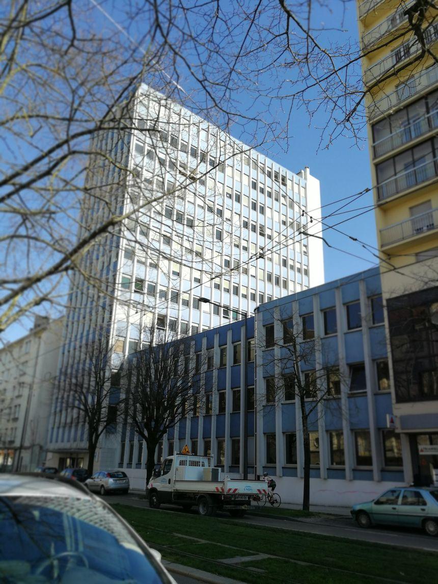 La très haute tour de l'URSAFF borde le boulevard Clémenceau (à gauche)