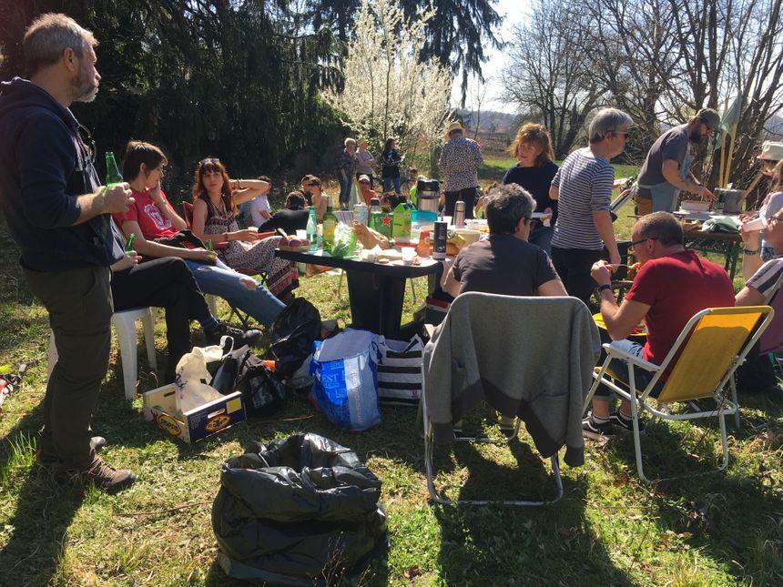 Des habitants du quartier des vaites, mais aussi des jardiniers étaient présents ce samedi