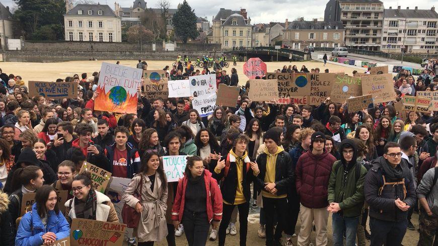 Laval : un millier de lycéens marchent pour le climat