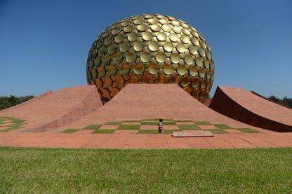 """Le Matrimandir ou temple de la """"mère"""" lors des célébrations du jubilé de la """"ville universelle"""" d'Auroville, dans l'État du Tamil Nadu, le 25 février 2018."""