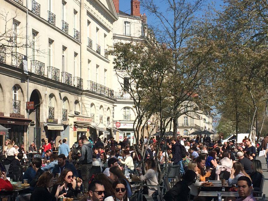 Ce samedi après-midi, les places en terrasse se faisaient rares dans le centre-ville de Nantes.
