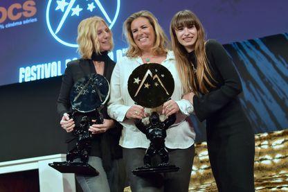"""Lisa Azuelos (au centre), recevant deux prix au Festival de l'Alpe d'Huez pour son film """"Mon Bébé"""" avec Sandrine Kiberlain et Thaïs Alessandrin."""