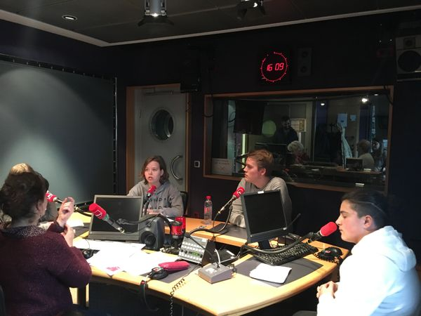 Léa, Loïcia et Hugo du lycée Paul Doumer font de la radio et interrogent Joel Järventausta