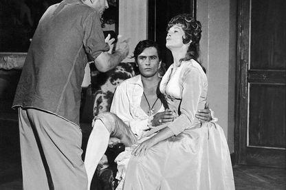 Le réalisateur Christain-Jaque, l'acteur Alain Delon et l'actrice Dawn Addams sur le tournage du film La tulipe noire, dans les Studios de la Victorien en Août 1963