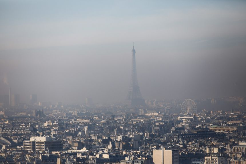 La Tour dans un ciel pollué.