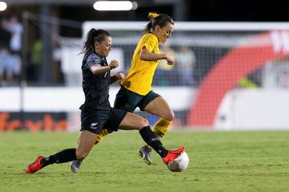La joueuse australienne Hayley Raso (à droite) et la joueuse néo-zélandaise Ali Riley, lors de la Coupe des Nations féminine, le 28 février 2019