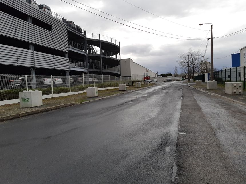 La ville de Brive a fait installer des blocs de béton sur les trottoirs