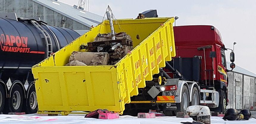 Benne contenant des produits hydrocarburés,  tout juste débarqués du navire de la Marine Nationale