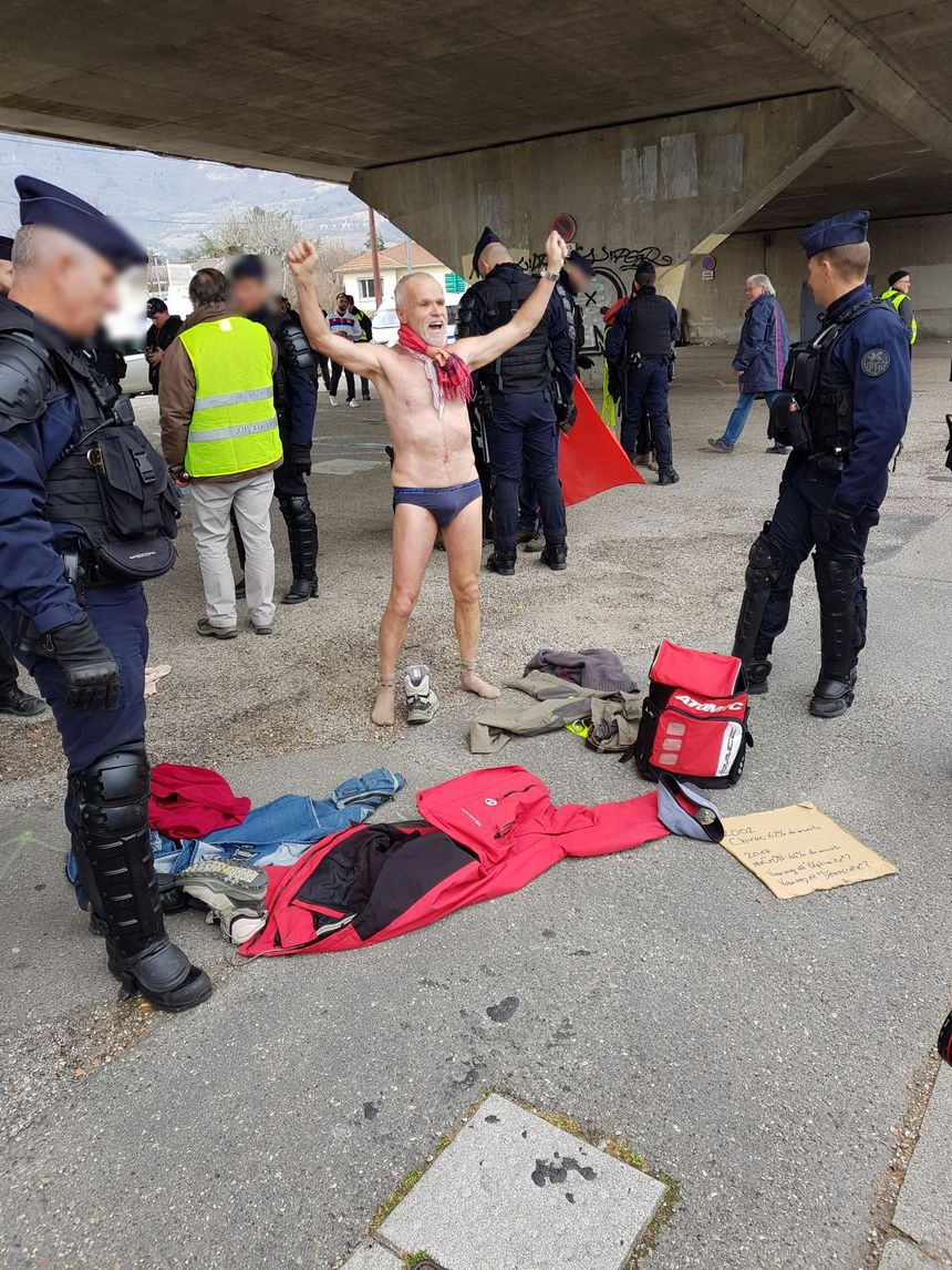 L'homme, s'est mis en slip pour protester contre la fouille des manifestants.