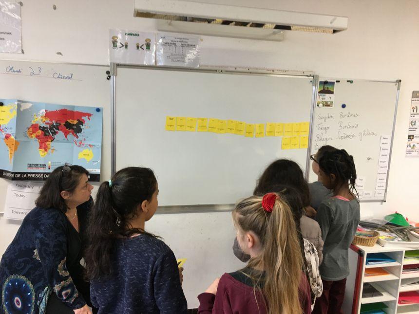 Pour travailler les additions et les soustractions, les élèves font un jeu où ils doivent tous participer