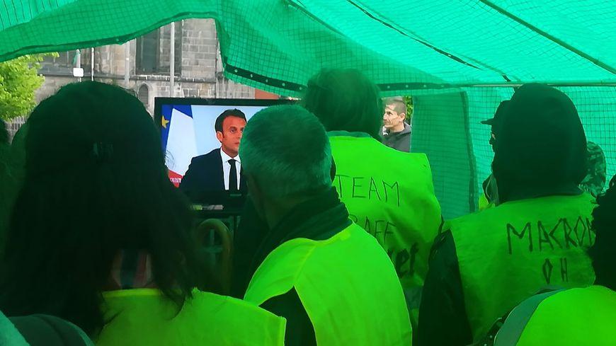 Clermont-Ferrand : rassemblement de gilets jaunes sous un barnum pour regarder Emmanuel Macron