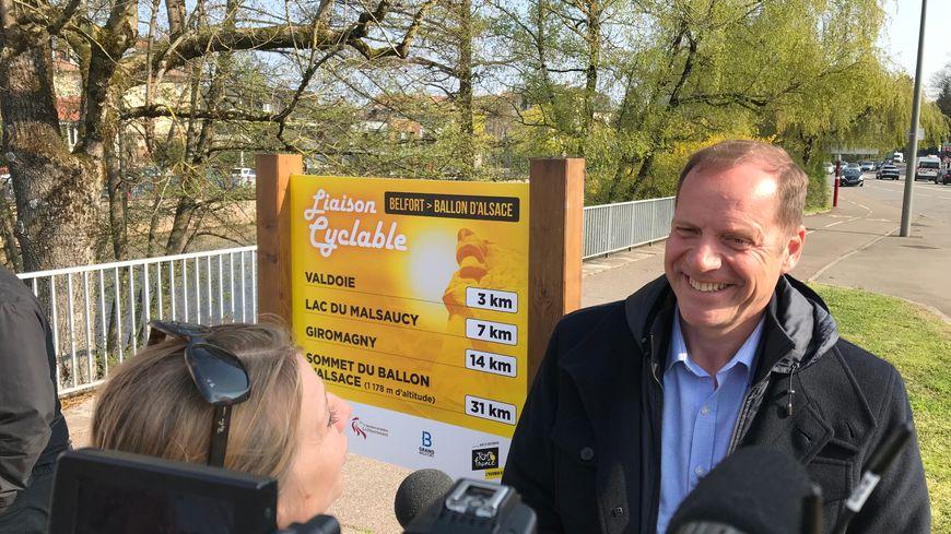 Christian Prudhomme, le directeur du Tour de France, devant la borne, inaugurée vendredi 12 avril, le long de la piste François Mitterrand, au niveau du Pont du magasin à Belfort.