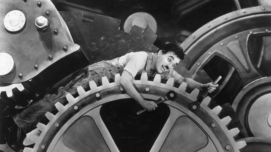 On le connaît principalement pour son rôle de Charlot, mais Chaplin a également incarné un dictateur, un soldat, un prisonnier et un ouvrier d'usine.