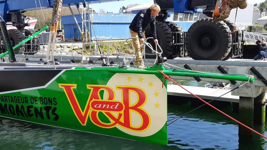 la mise à l'eau à Concarneau du nouveau monocoque de V and B
