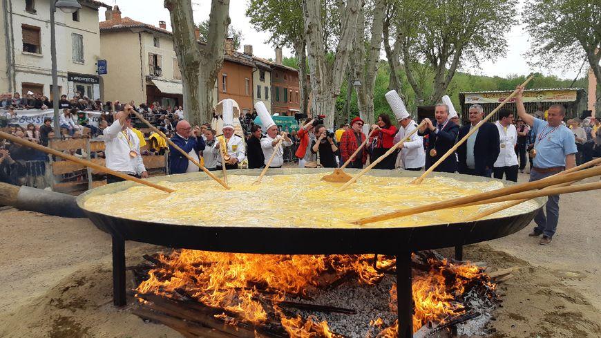 L'omelette géante fait 4 mètres de diamètre.