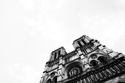 Notre-Dame de Paris, magnifiée par le texte de Victor Hugo, lu par Guillaume Gallienne au lendemain de l'incendie qui a ravagé l'église