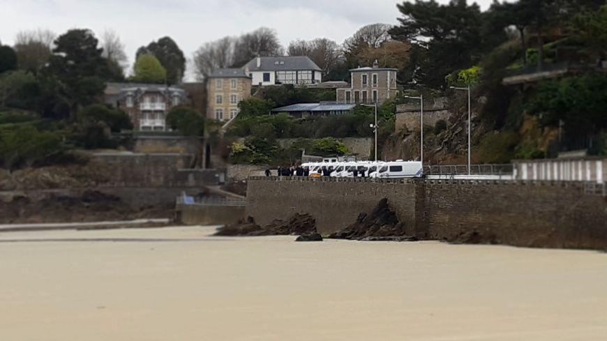 Des cars de CRS postés sur le front de mer à Dinard