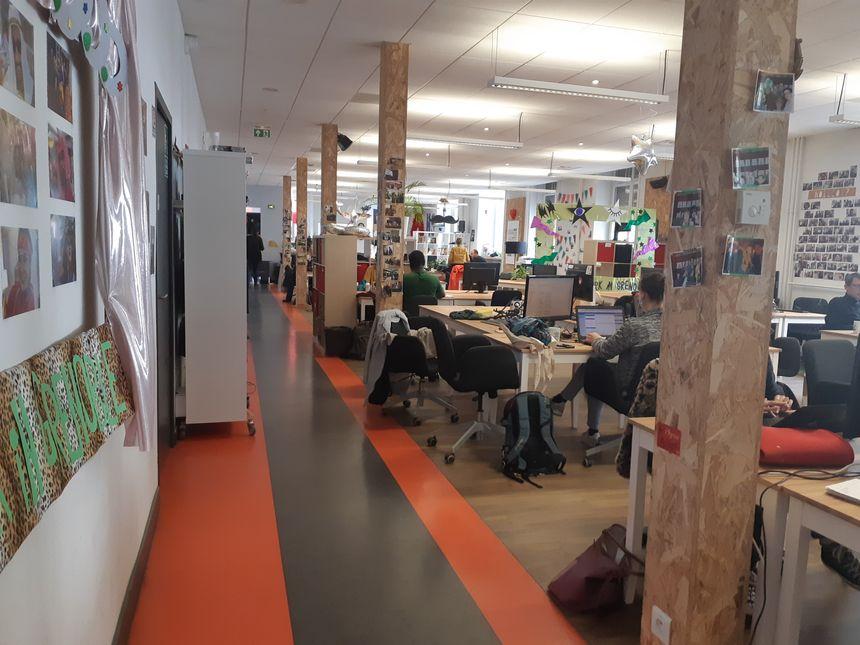 Grande salle de coworking...