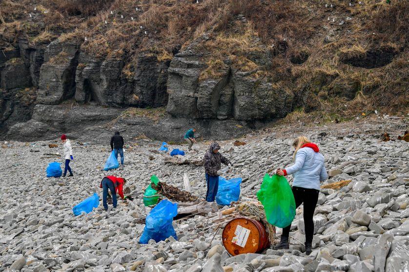 Bénévoles nettoyant le phare Basargin à Vladivostok, en Russie