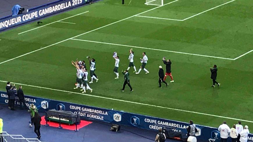 Communion entre les joueurs et les supporters au stade de France.