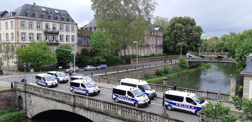 Près de la préfecture, déploiement de véhicules de police