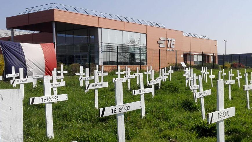 Début février, les salariés ont construit un faux cimetière pour symboliser les emplois menacés de disparition