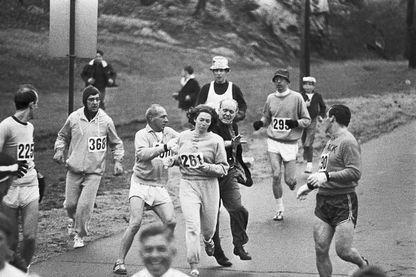 19 avril 1967, Katherine Switzer, 1ère femme a avoir couru officiellement un marathon. Ils ont voulu l'empêcher de courir, elle est devenue une icône.