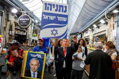 Partisan de Benyamin Netanyahou affublé du masque de Donald Trump lors de la campagne électorale israélienne, à Jérusalem le 7 avril. Trump est le principal soutien du premier ministre sortant.