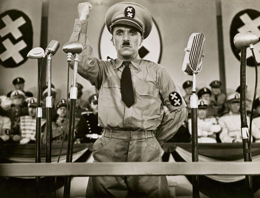 Dans son premier film parlant, Chaplin critique des régimes politiques dictatoriaux et fascistes qui s'installent en Europe.