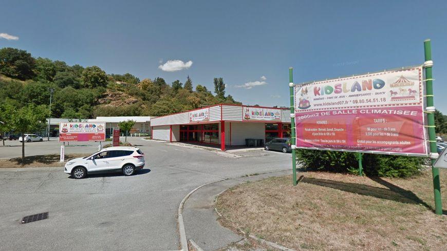 La canalisation touchée se trouve dans la petite zone commerciale de Saint-Georges-les-Bains.