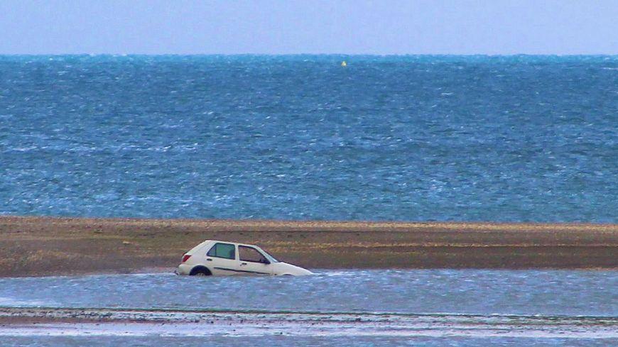 La voiture ensablée devant la plage du Valais et le port de commerce de Saint-Brieuc