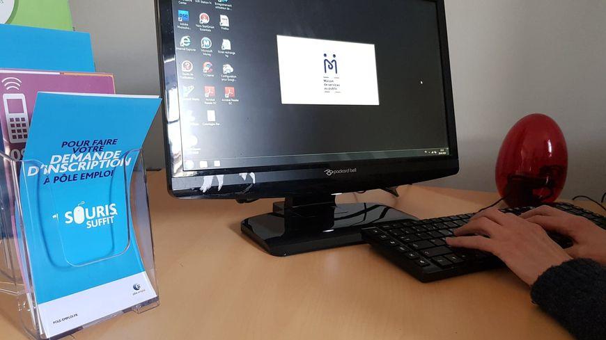 Les démarches en ligne se font depuis un ordinateur en libre accès.