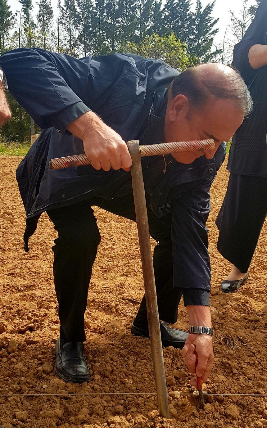 Le président du conseil départemental, Kléber Mesquida, a participé à la plantation des nouveaux cépages
