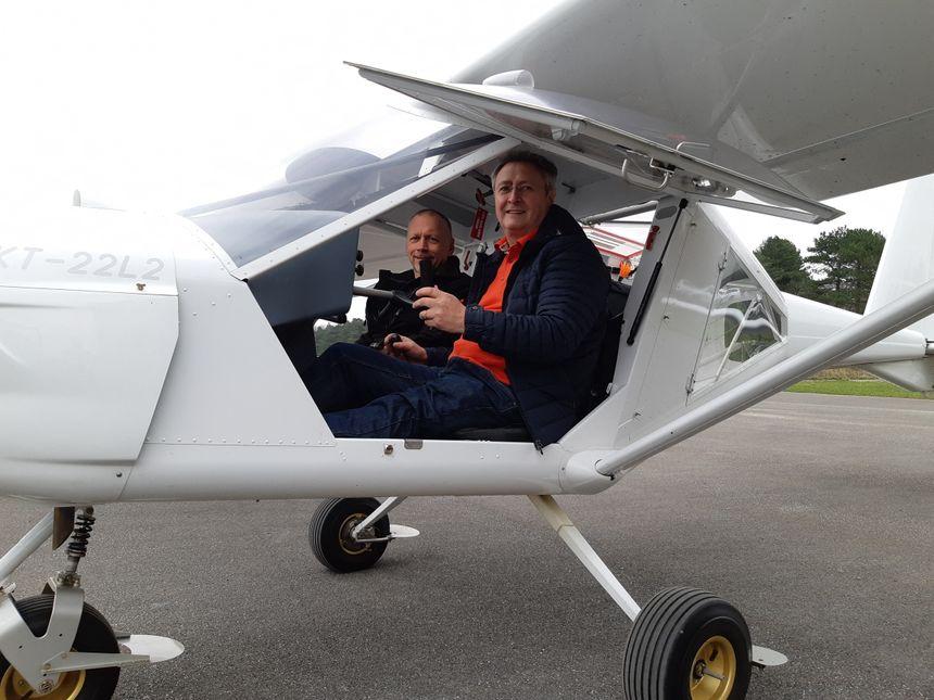 Pascal Prat (ici avec Serge Dhedin, son instructeur) est le premier élève handi de l'aéro-club de Berck. Il apprend à piloter un Ulm qui a été adapté.