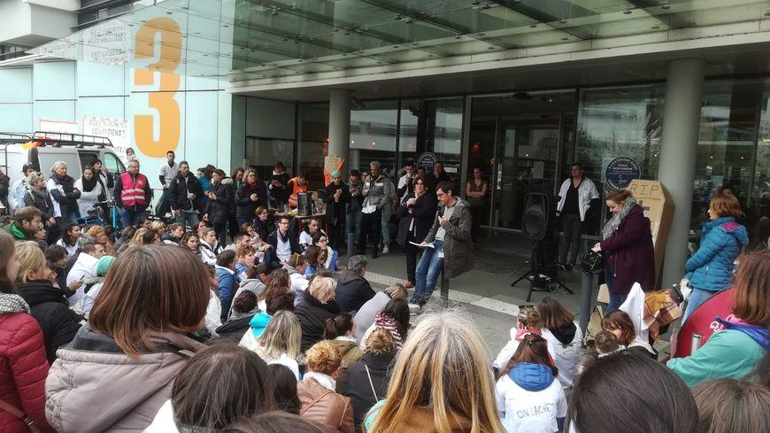 200 salariés en grève se sont réunis en assemblée générale ce mardi 2 avril devant l'hôpital Confluent, à Nantes.