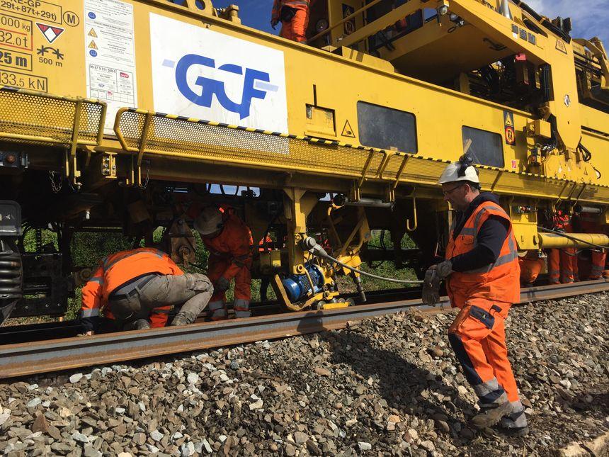 Les ouvriers au travail avec le train usine qui remplace la vieille voie ferrée entre Libourne et Bergerac