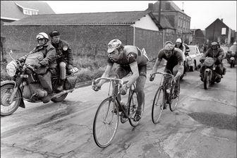 Le coureur belge Eddy Merckx est suivi de près par son compatriote Roger De Vlaeminck, le 15 avril 1973 lors de la 71e course Paris-Roubaix.