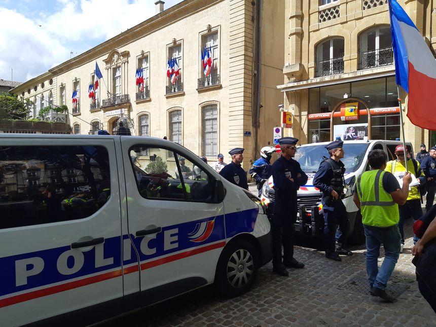 Une halte place Viala devant l'hôtel de la préfecture où les gilets jaunes ont demandé aux policiers de s'associer à leurs revendications