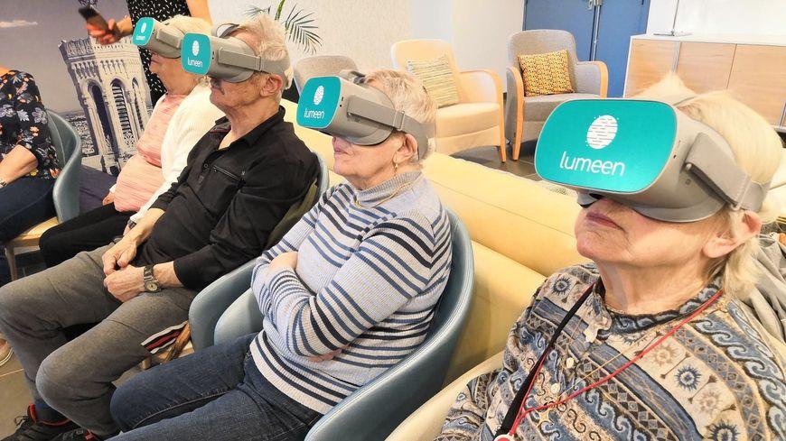 17 résidents des Girandières à Bourgoin-Jallieu ont pu nager avec les dauphins lors d'une séance de réalité virtuelle