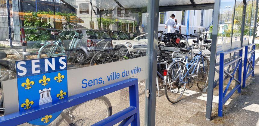 Créer un pôle multimodal revient à favoriser les interactions entre différents modes de transport, comme ici ce parking à vélo (souvent plein) devant la gare de Sens (Yonne)