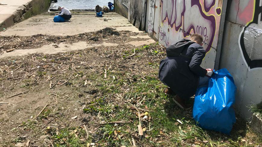 Des habitants du quartier de tous âges se sont déplacés pour nettoyer le quai.