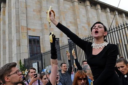 Des manifestants armés de bananes protestent contre un acte de censure devant le musée national de Varsovie en Pologne (29 avril 2019).