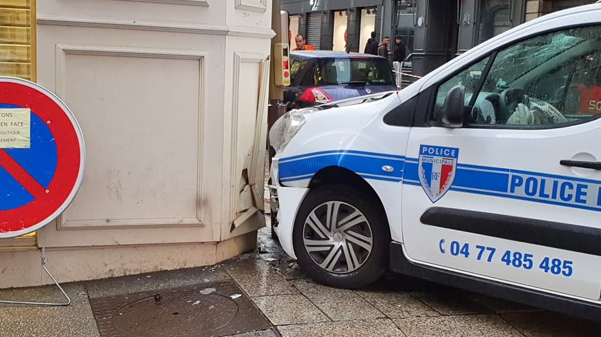 La voiture de police a fini sa course sur le trottoir devant la boutique SFR rue du Général Foy.