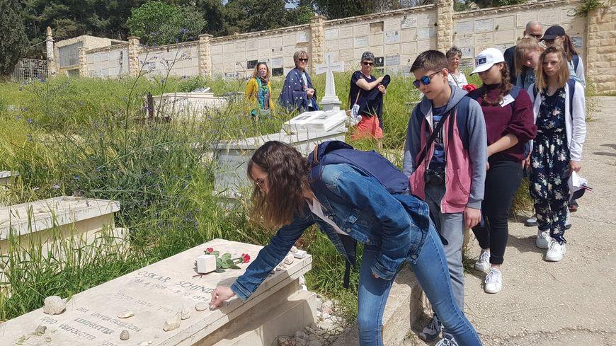 les collégiens de Carentan sur la tombe d'Oskar Schindler à Jérusalem